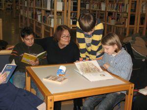 ein Kind liest den anderen aus seinem Buch vor